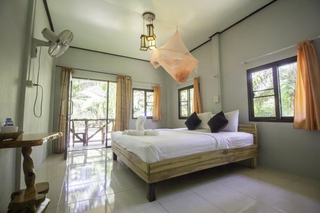 Een luxere tweepersoonskamer van het Khao Sok Palmview Resort - een van de beste hotels in Khao Sok, Thailand