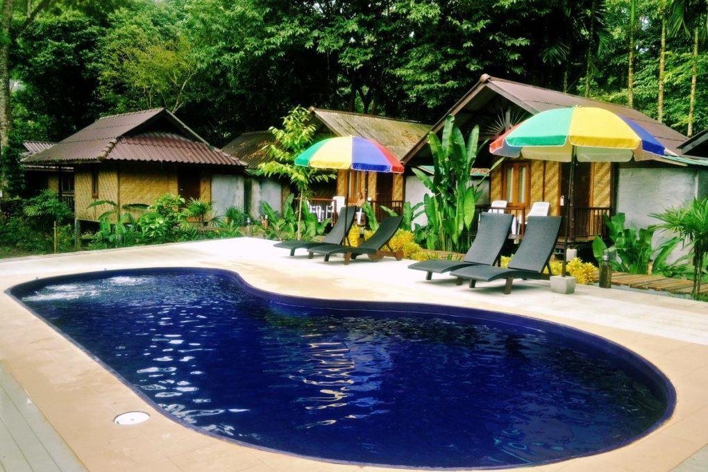 Het zwembad van het Khao Sok Cabana Resort