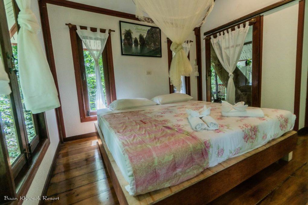 Slaapkamer van een boomhut van het Baan Khao Sok Resort