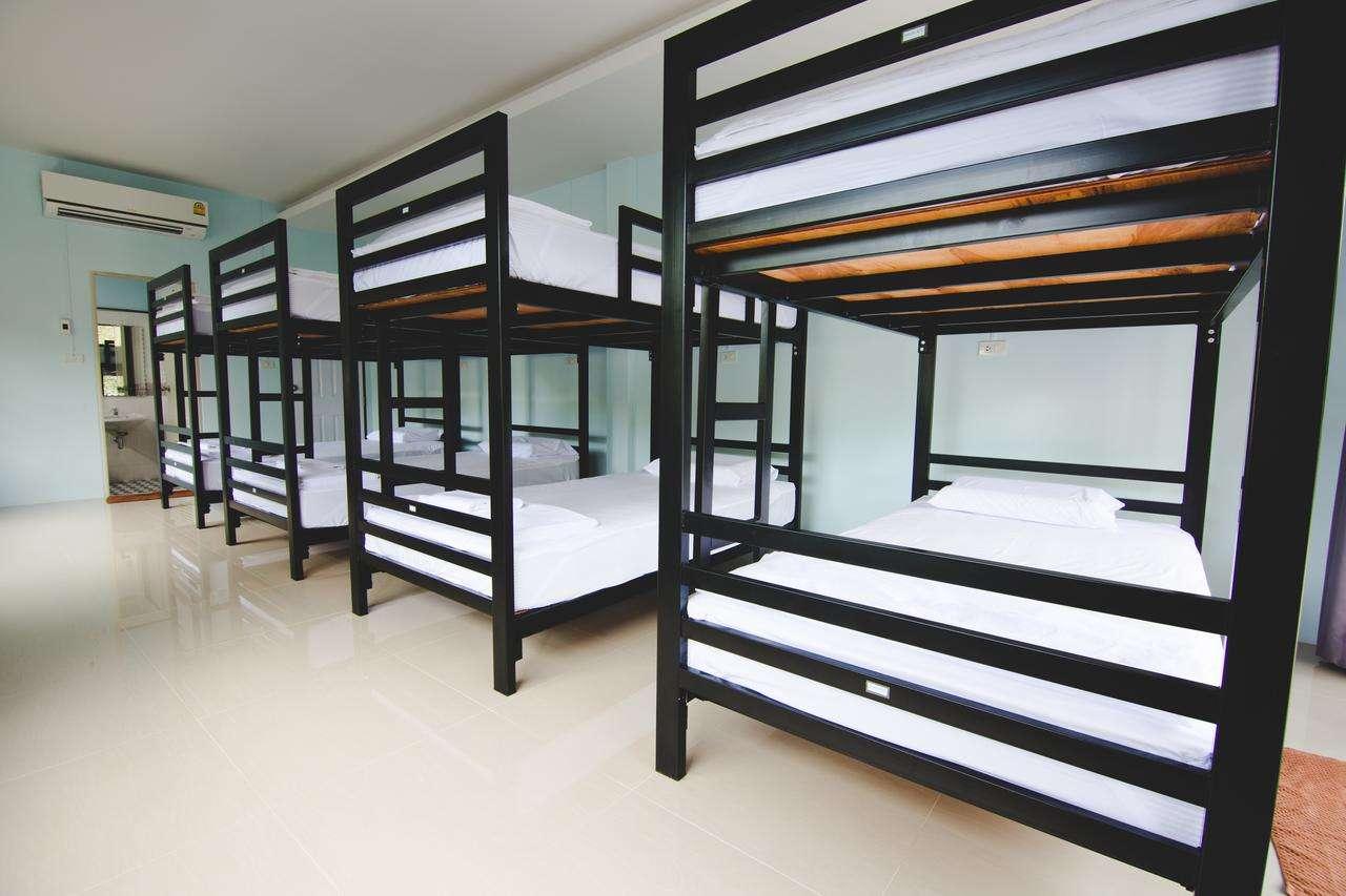 De slaapzaal met daarin stapelbedden in het Khao Sok Secret Hostel - een van de beste hostels in Khao Sok, Thailand