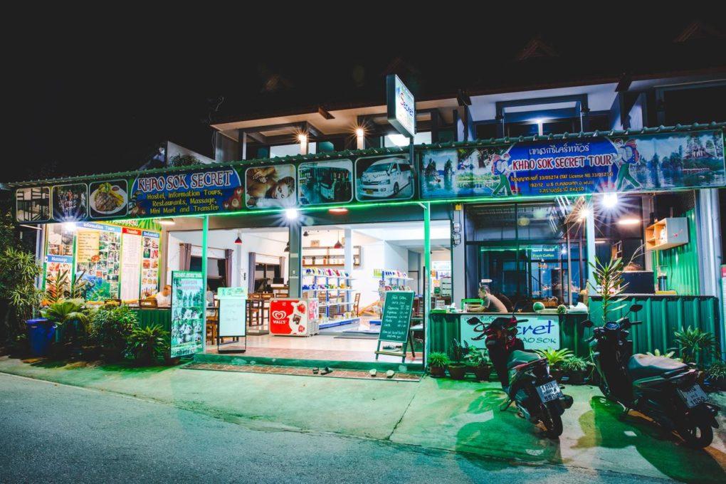 De voorkant van het Khao Sok Secret Hostel - een van de beste hostels in Khao Sok, Thailand