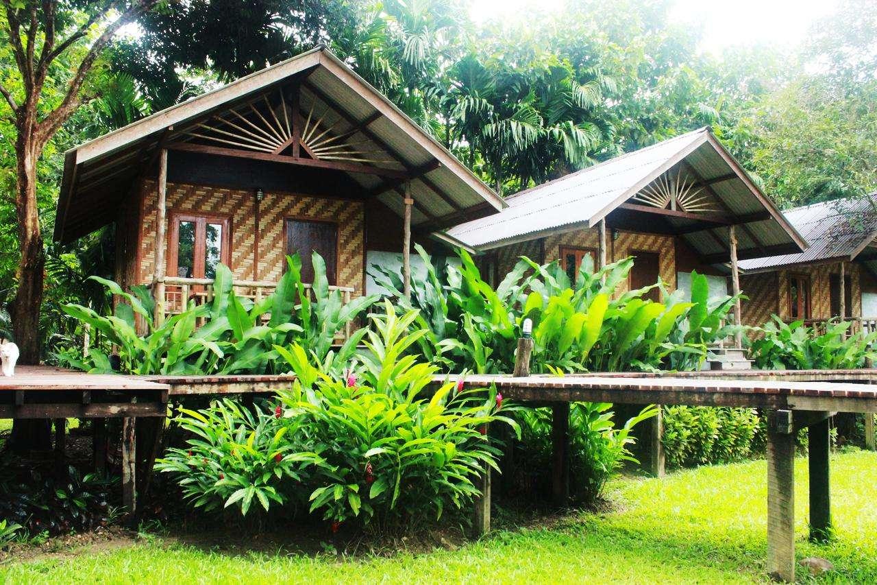 De bungalows van het Khao Sok Cabana Resort