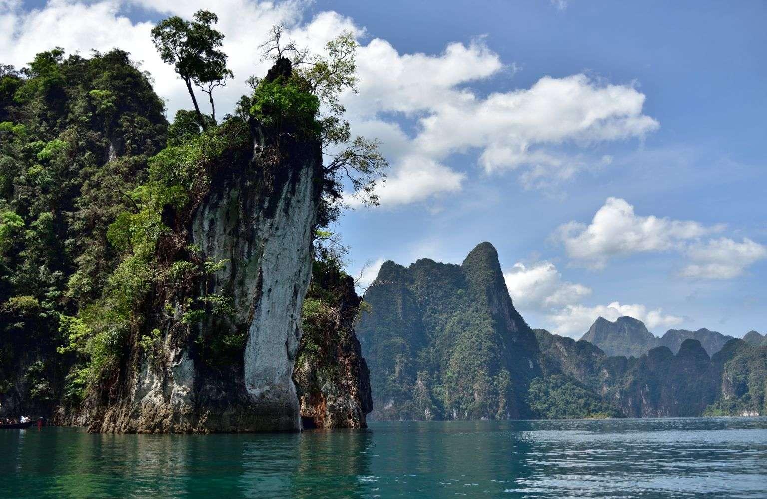 Kalksteen klif komt uit water, Cheow Lan Lake, Khao Sok