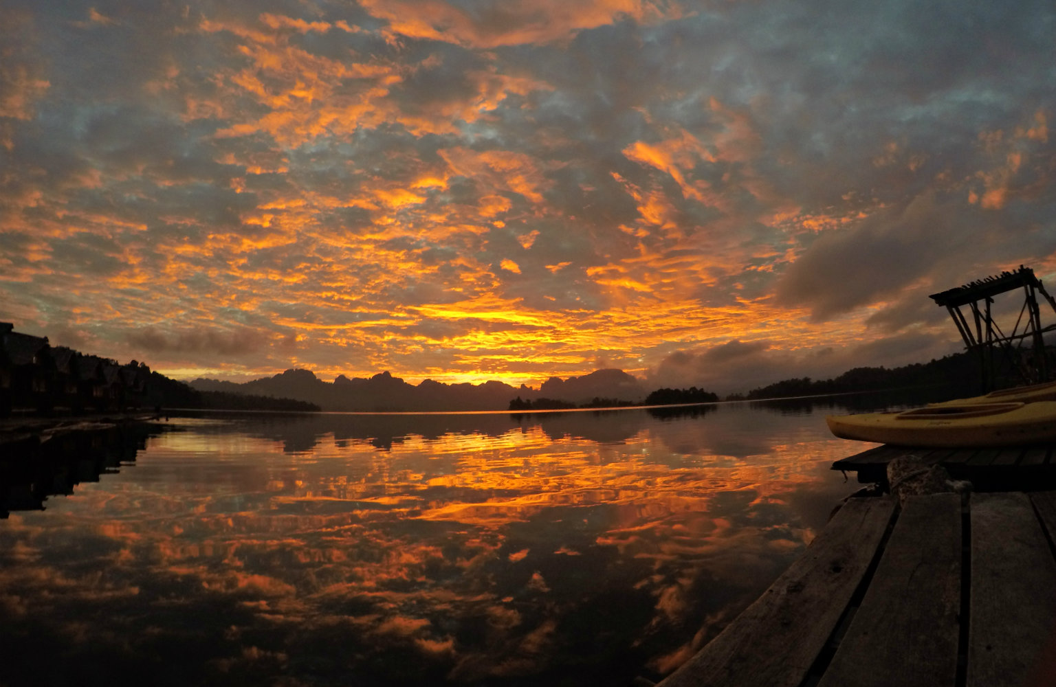 Cheow Lan Lake, zonsondergang op het meer van Khao Sok