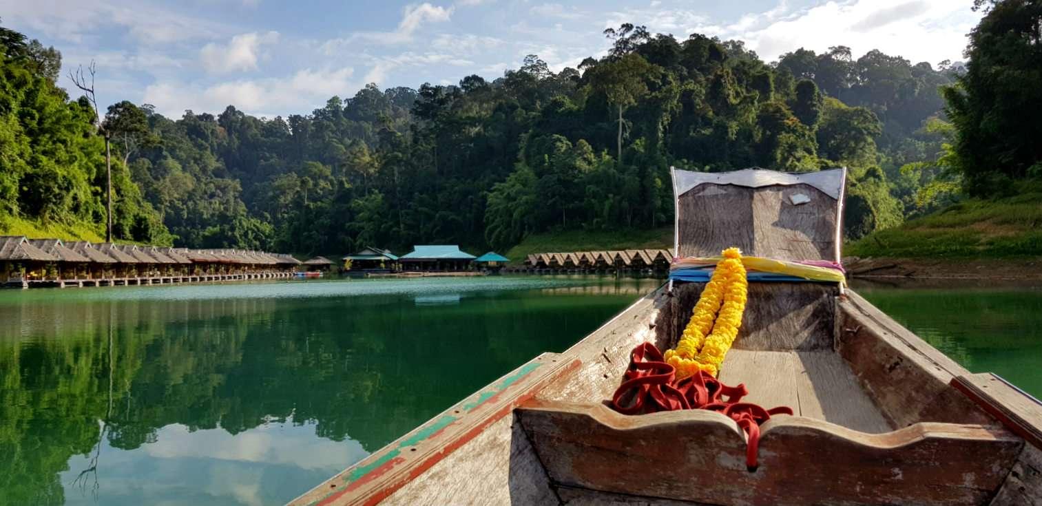 Longtailboat op Cheow Lan Lake bij raft house