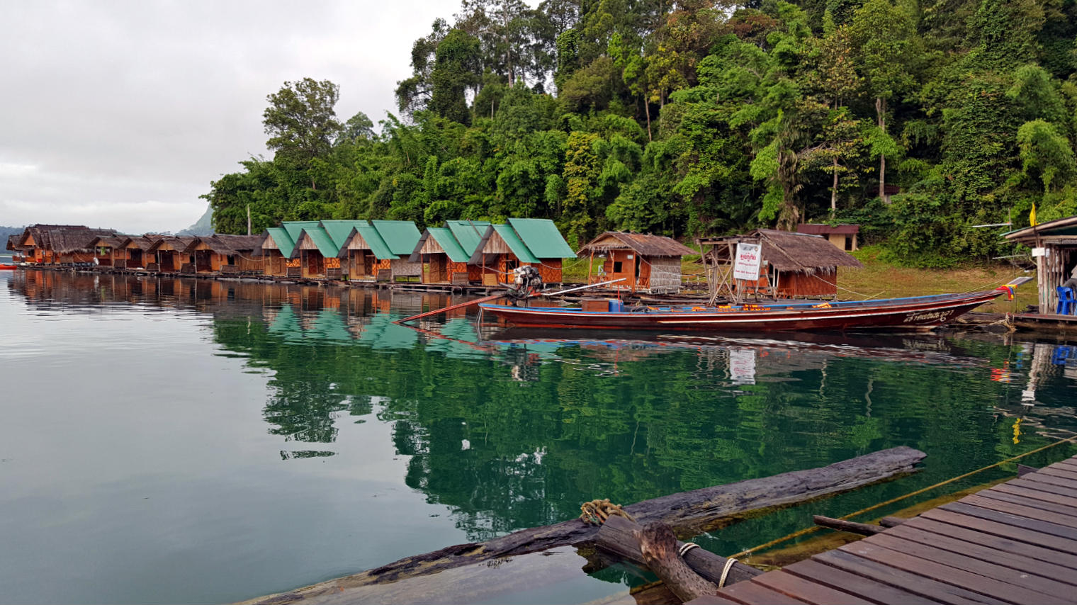 Eenvoudige drijvende huisjes Cheow Lan Lake