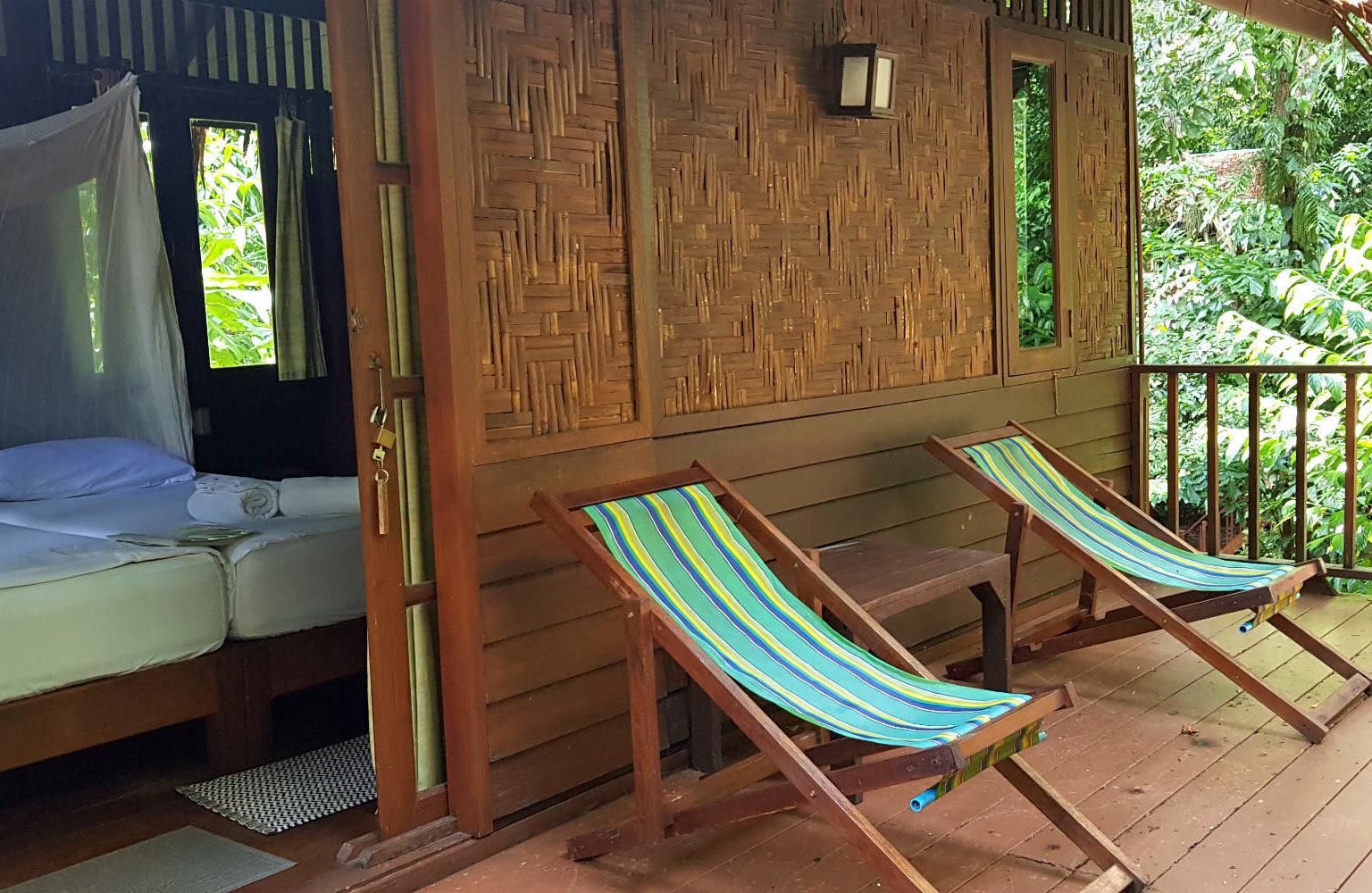 Slapen in een boomhut, balkon met twee stoelen op het balkon