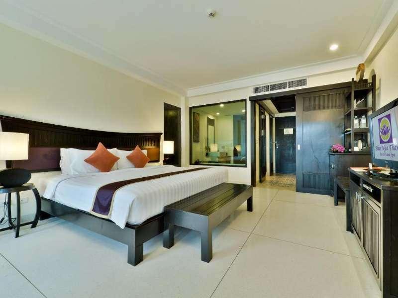 De slaapkamer van het Bhu Nga Thani Resort