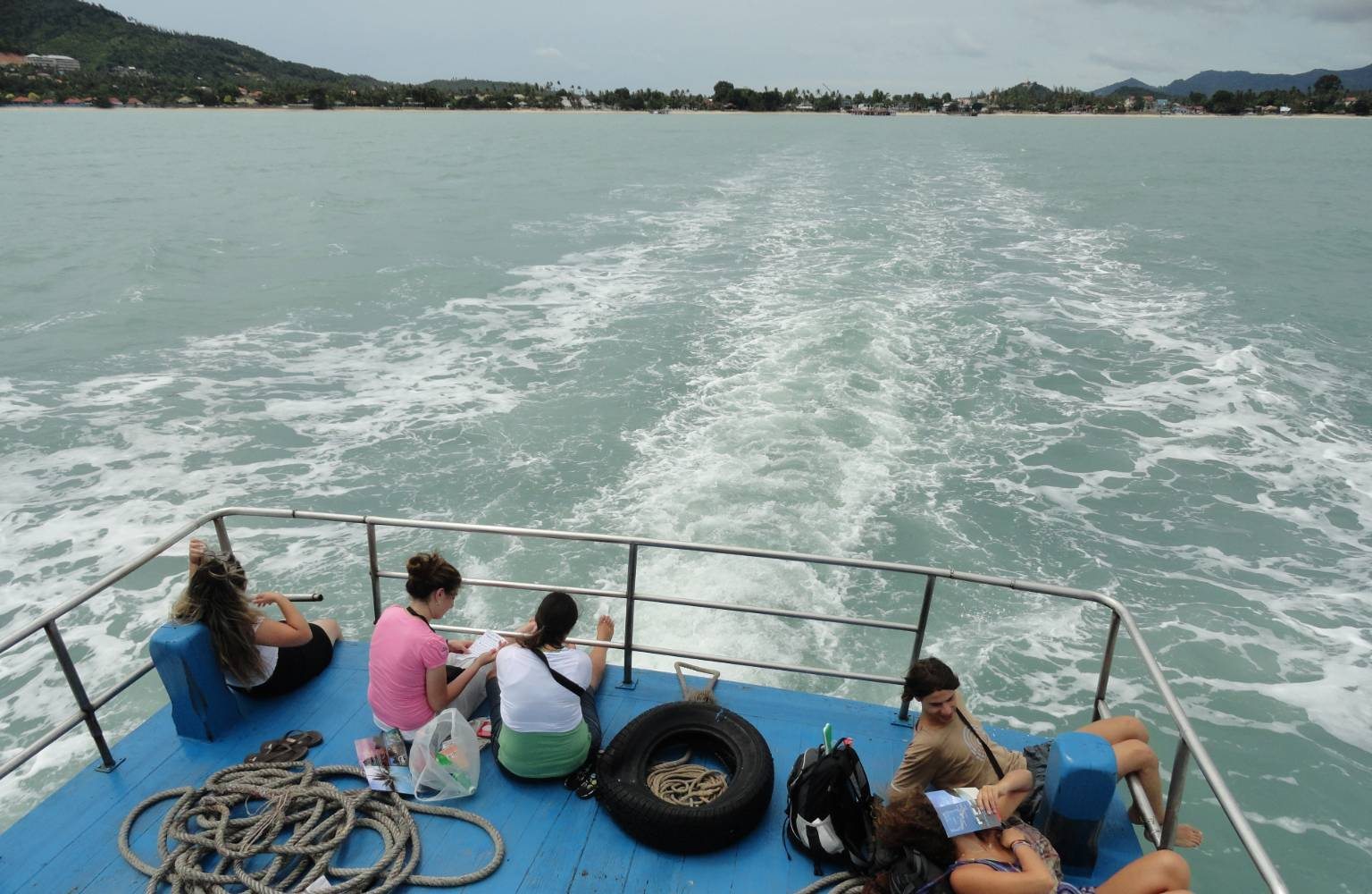 De ferry van Chumphon naar Koh Toa, Koh Phangan, Koh Samui en als eindbestemming Surat Thani