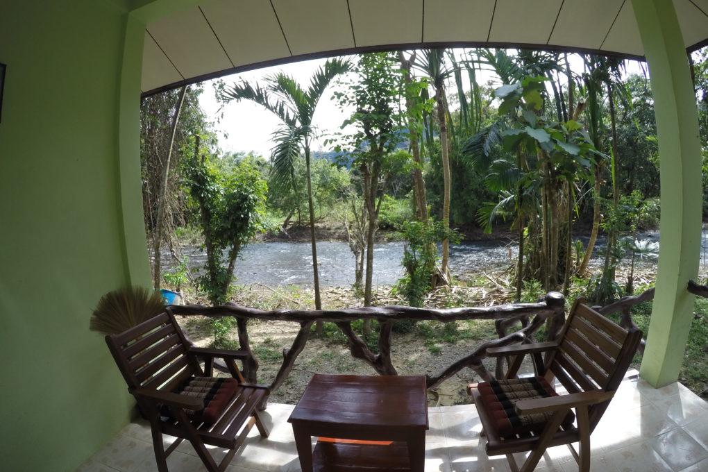 Een terras met uitzicht op de Sok rivier vanaf een van de familiebungalows van het Khao Sok Morning Mist Resort