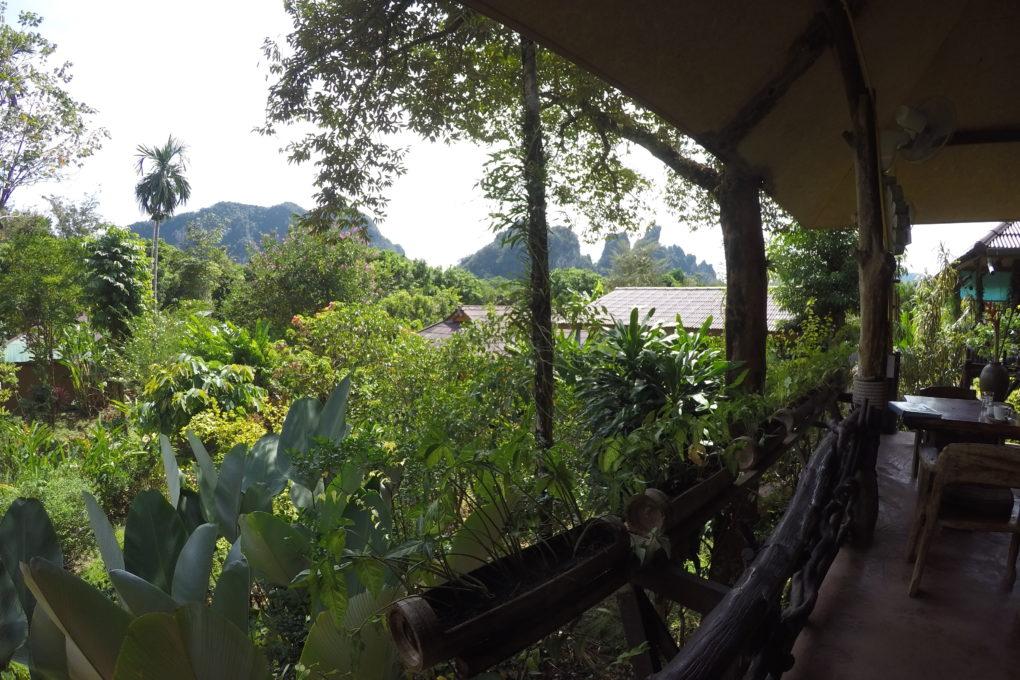 Het uitzicht over de omgeving zoals de tropische tuin vanuit het Misty Restaurant van het Khao Sok Morning Mist Resort