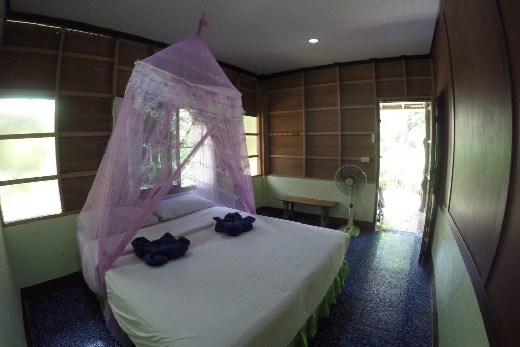 Een van de vele soorten tweepersoonskamers in het Khao Sok Morning Mist Resort - een van de beste hotels in Khao Sok