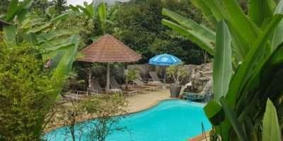 Uitzicht Op Het Zwembad Van Het Morning Mist Resort In Khao Sok, Thailand