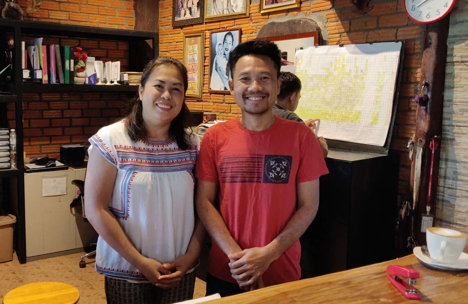 De eigenaar en zijn vrouw van het Morning Mist Resort in Khao Sok, Thailand