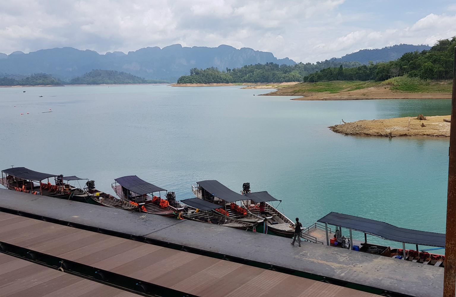 De pier van het Cheow Lan Lake in het Khao Sok National Pak