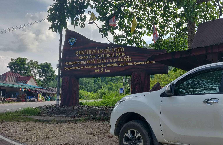 Het busstation in het dorp Khao Sok