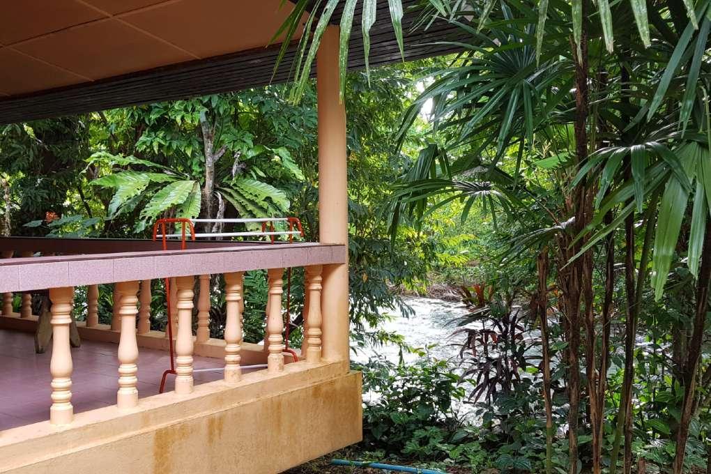 Bungalow van Khao Sok Morning Mist Resort aan de Sok rivier