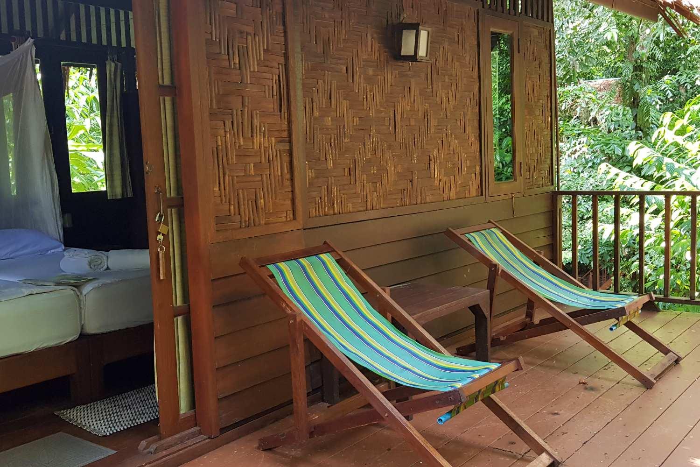 Slapen in de Park View boomhut, balkon met twee stoelen op het balkon