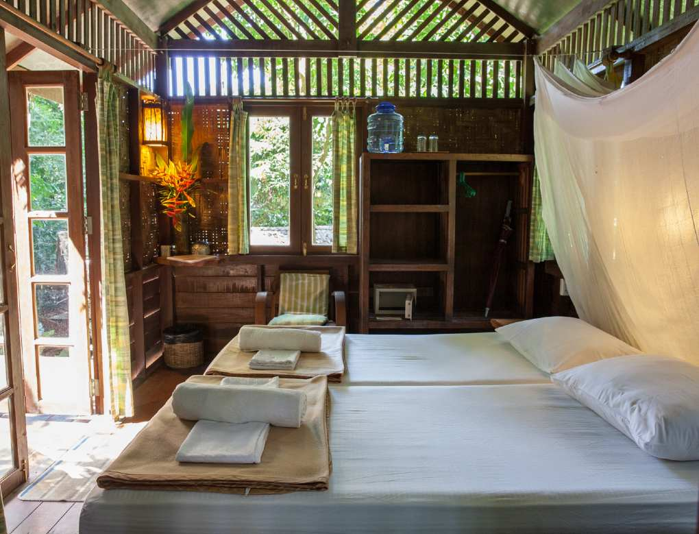 Slaapkamer van de Parkview boomhut in Our Jungle House, Khao Sok