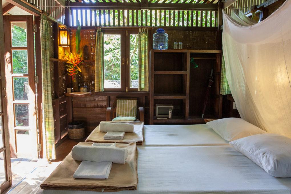 De slaapkamer van een boomhut van Our Jungle House in Khao Sok