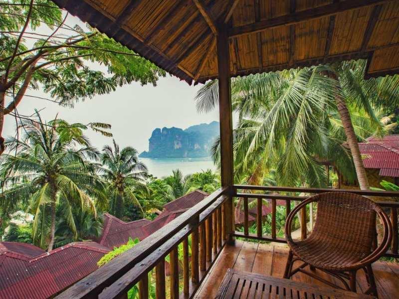 Balkoon met uitzicht op de zee van het Railay Garden View Resort