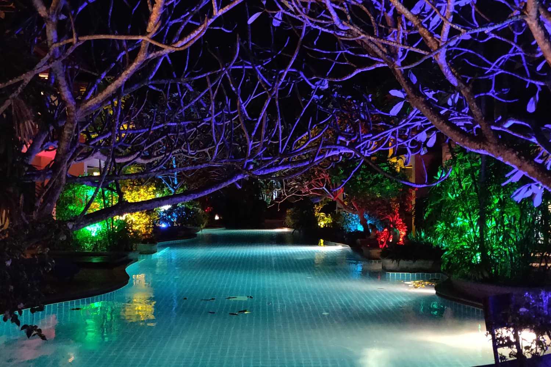 Het zwembad in de avond met allemaal mooie sfeerverlichting van het Railay Village Resort & Spa