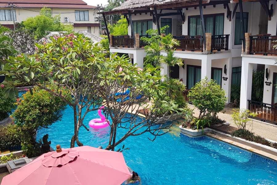 Het zwembad gezien vanaf de pool view kamer van het Railay Village Resort & Spa