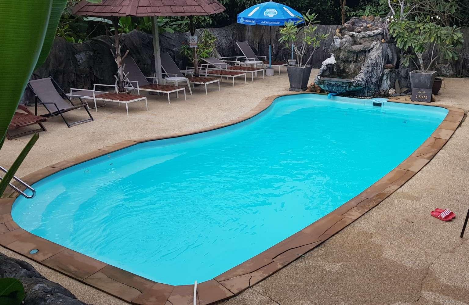 Het zwembad van het Morning Mist Resort in Khao Sok, Thailand