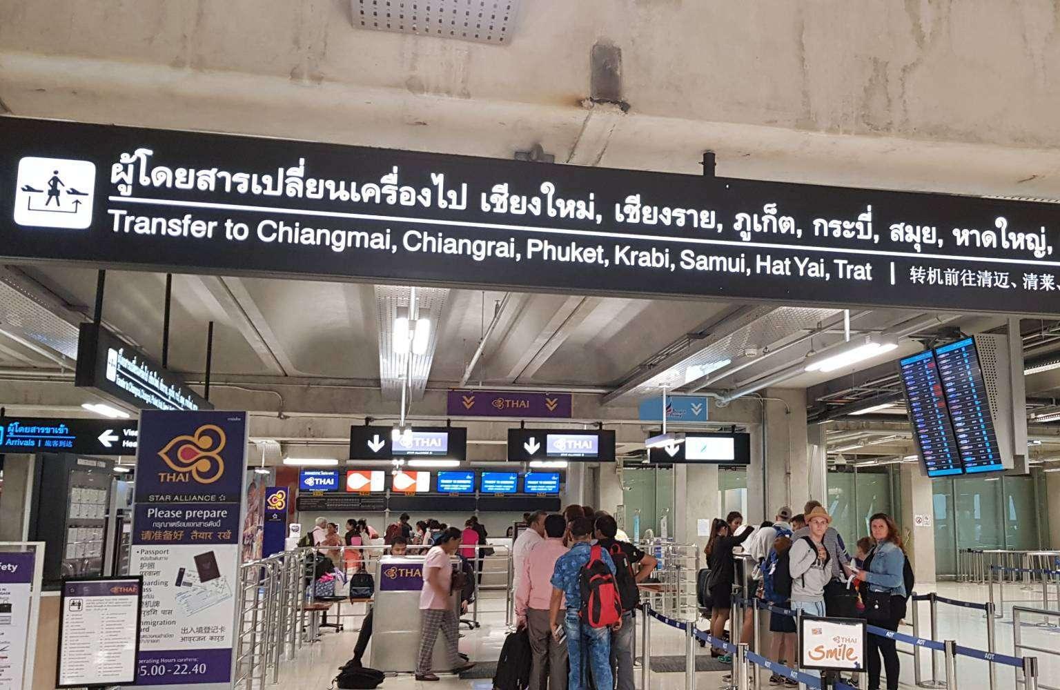 Binnen in het vliegveld van Chiang Mai