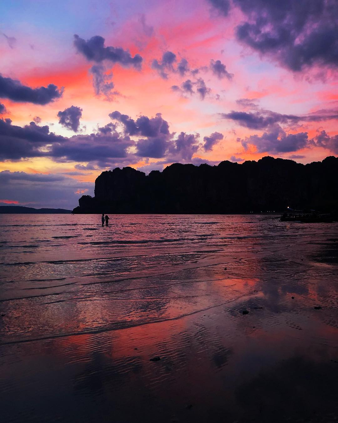 zonsondergang met roze tint op railay west