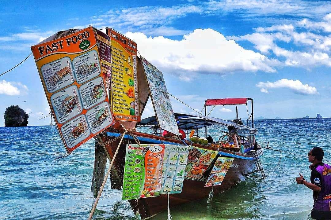 Longtailboot waar je eten kunt kopen