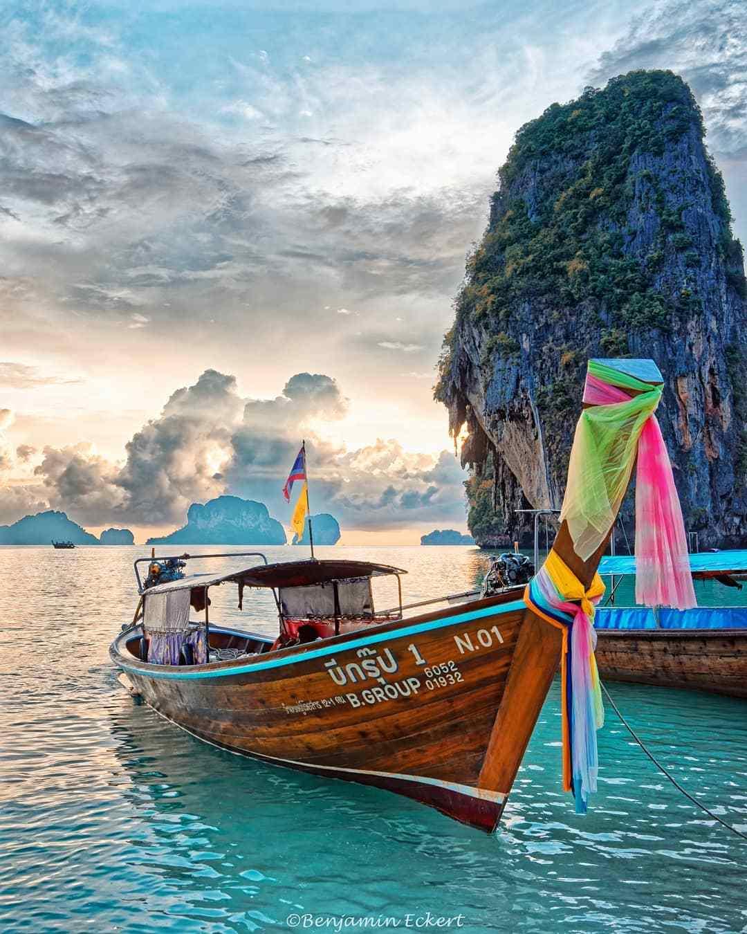 longtailboot met de rots van Phra Nang Beach op de achtergond