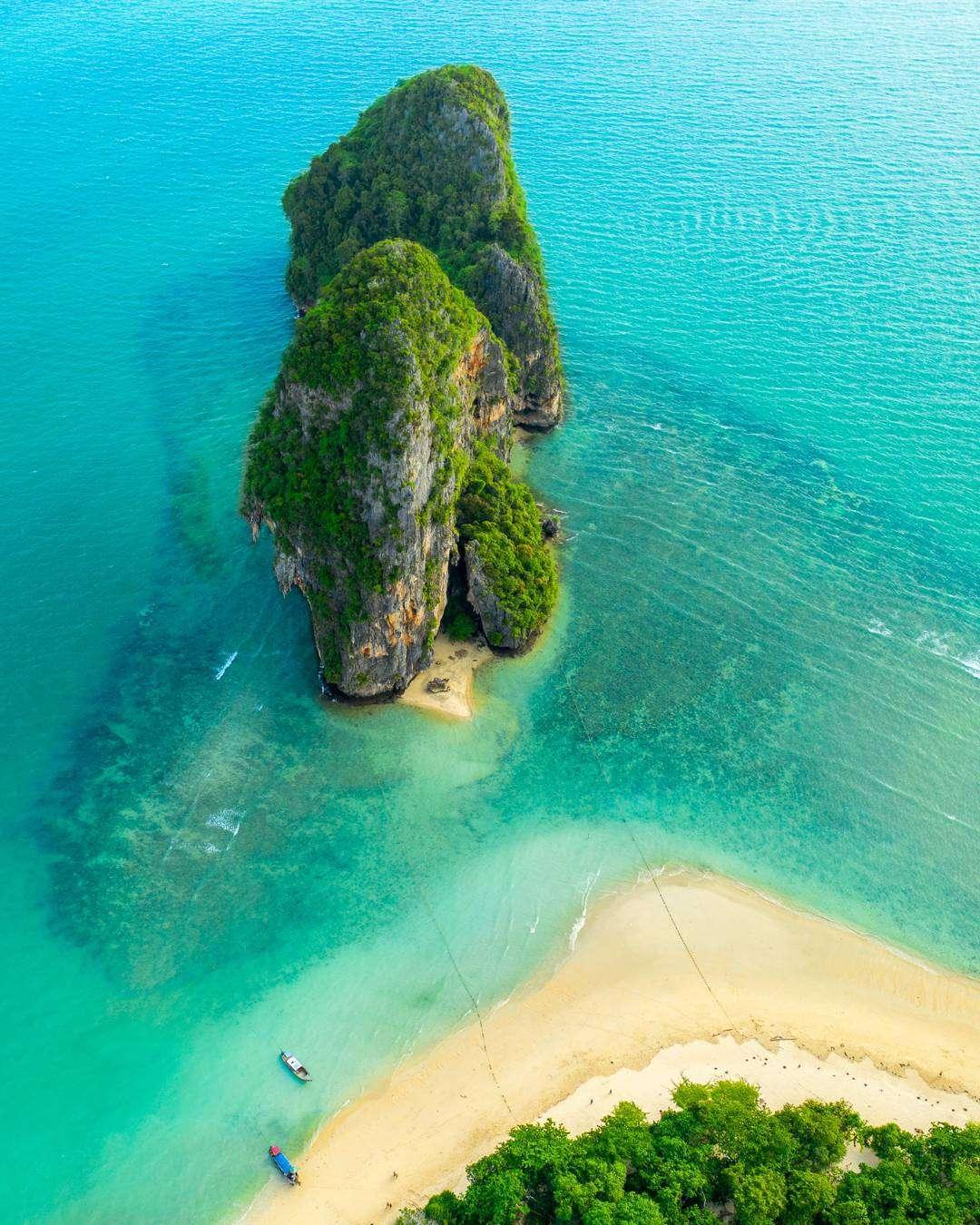 de rots van Phra Nang Beach van bovenaf met een drone