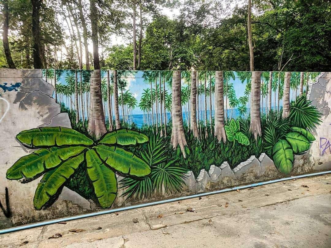 Supermooie Grafitti op Krabi Railay Beach (halve palmbomen die uitkomen op echte palmbomen)