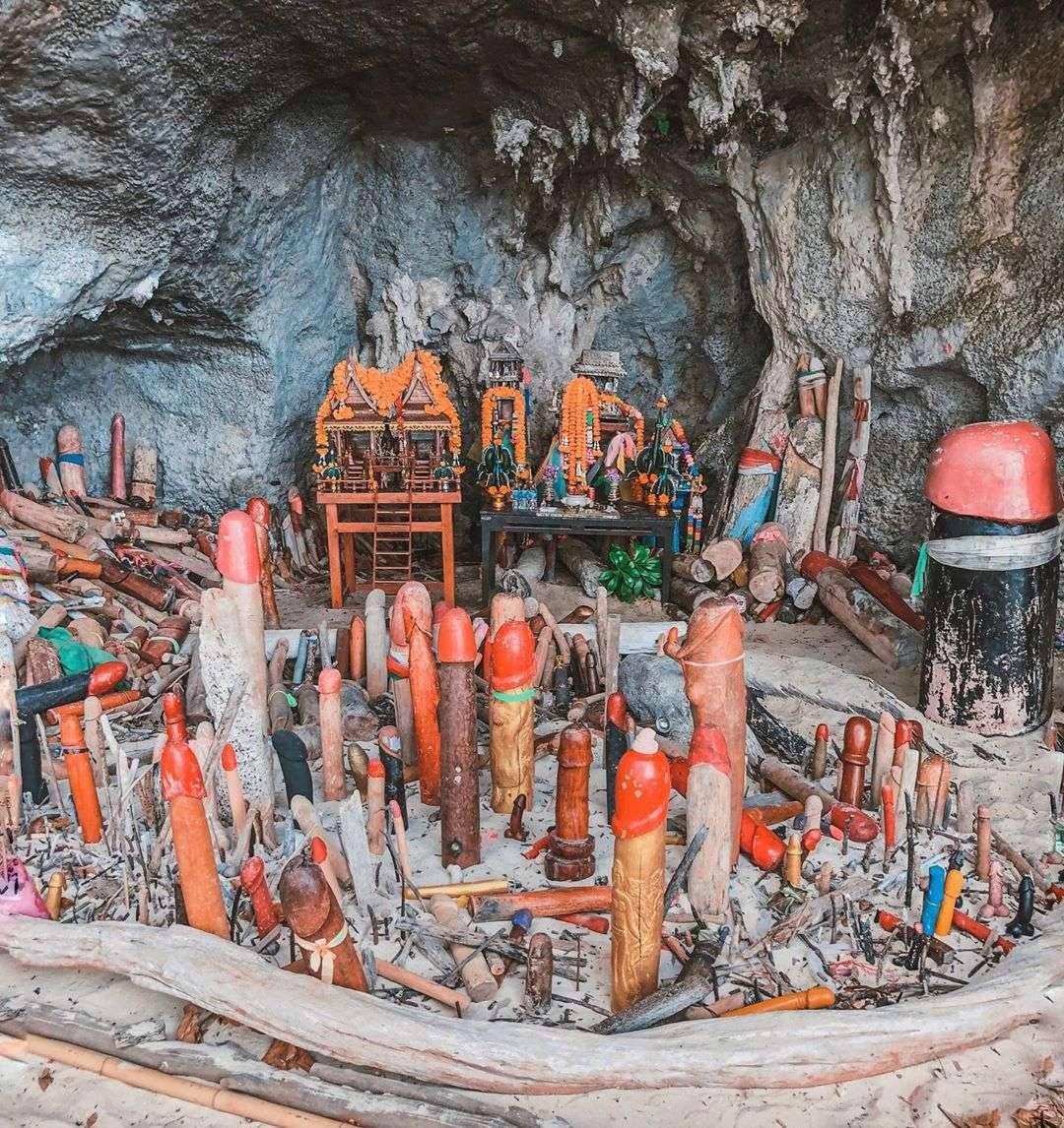 Princess Cave met allemaal houten penissen op Phra Nang Beach