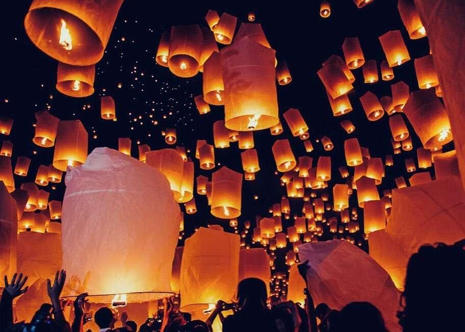 Mensen laten hun brandende lampionnen los tijdens het Yee Peng Festival 2019