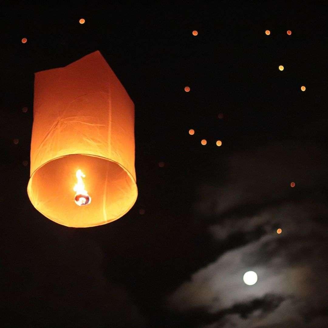 Brandende lampion met de vollemaan op de achtergrond tijdens het Yee Peng Festival 2019