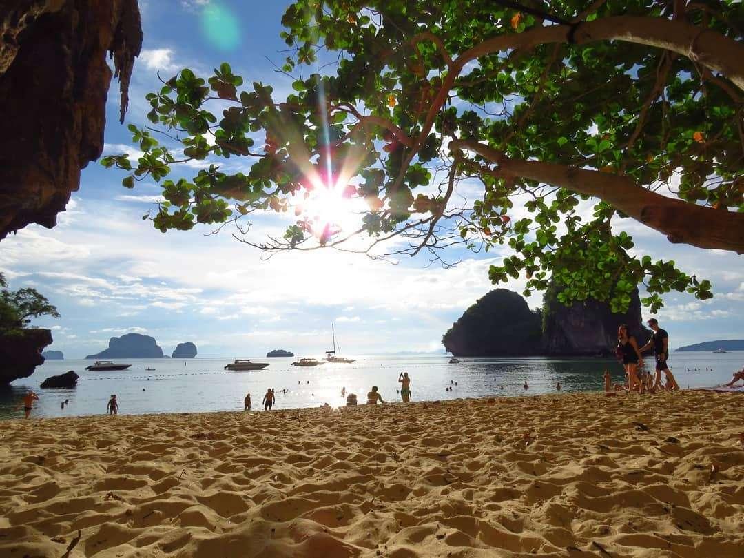 Zon door de bladeren op Phra Nang Beach