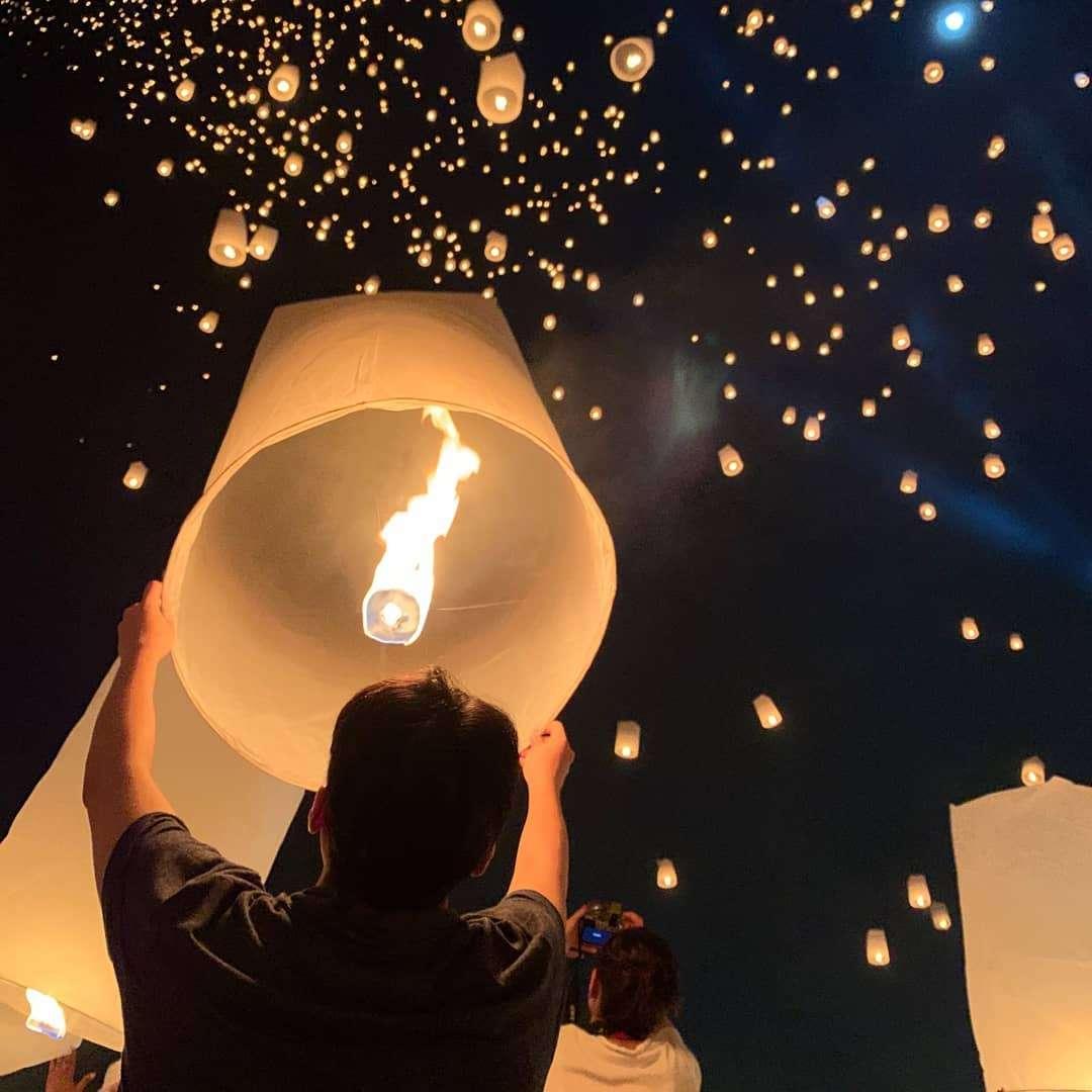 Een brandende wensballon die bijna de lucht in wordt gelaten