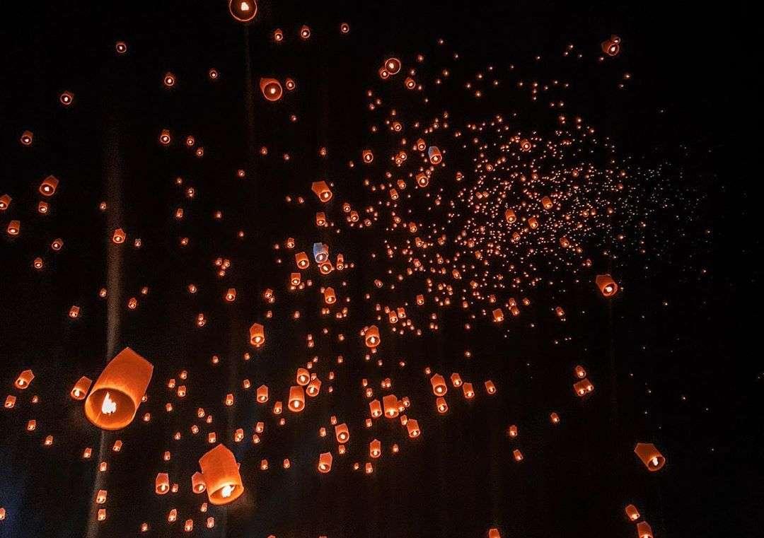 Duizenden branden lampionnen tijdens het Yee Peng Festival 2019