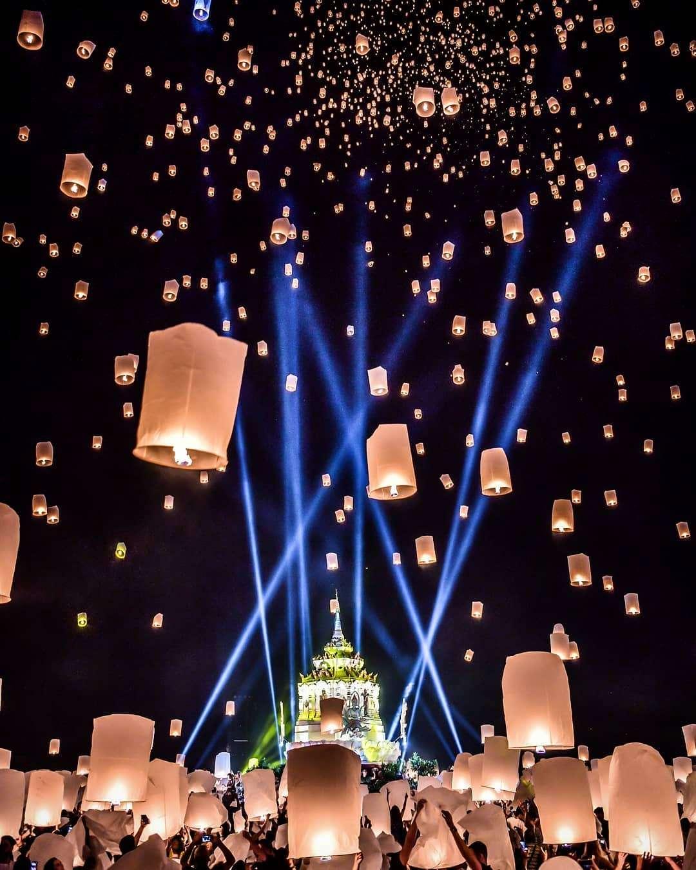 Lichtshow, vuurwerk en brandende wensballonnen tijdens het jaarlijkse Yee Peng Festival in Chiang Mai
