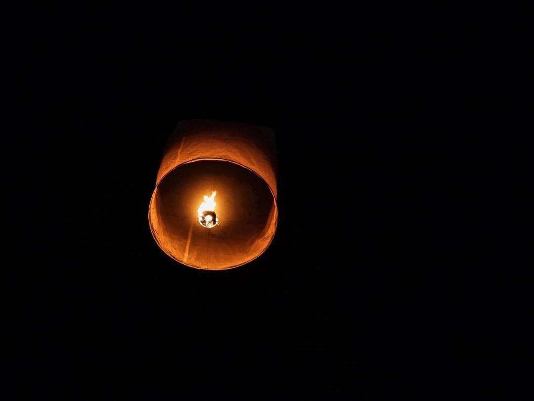 Een brandende lampion tijdens het Yee Peng Festival 2019