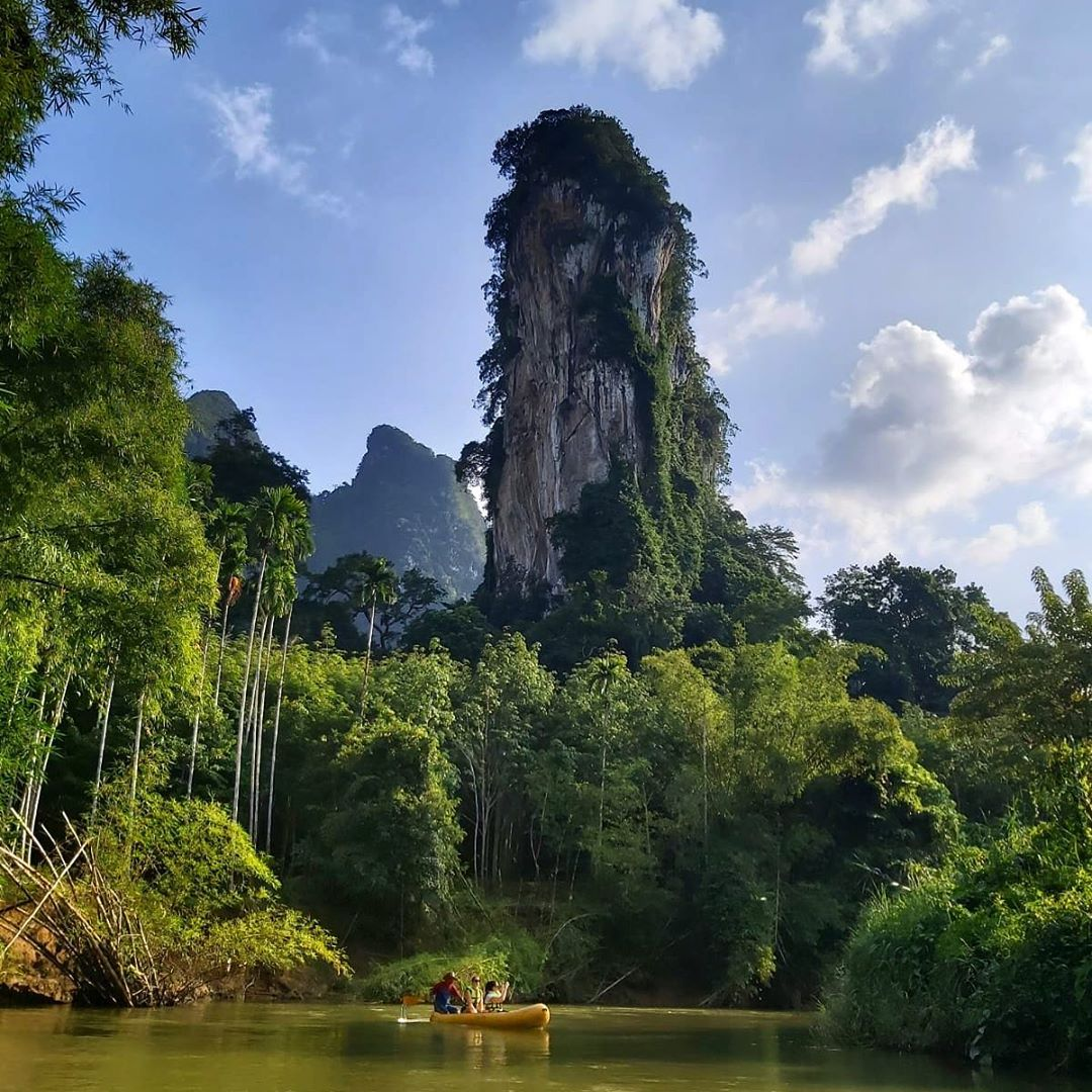 Grote kalkstenen rots die boven het Cheow Lan Lake uittorent
