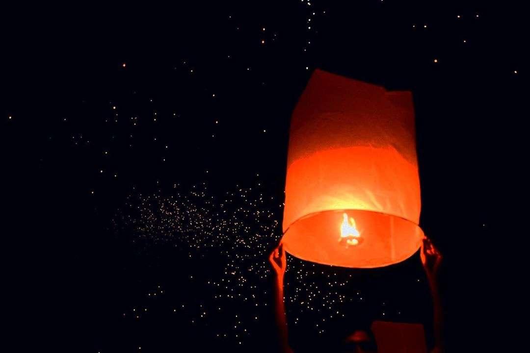 Brandende lampion die bijna de lucht in wordt gelaten tijdens het Yee Peng Festival 2019
