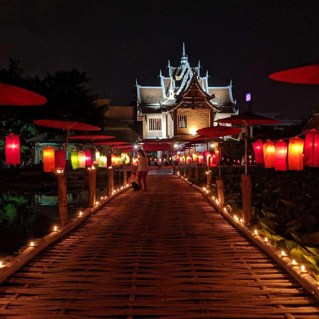 Weg naar een tempel maar aan beide kanten gekleure lantaarns