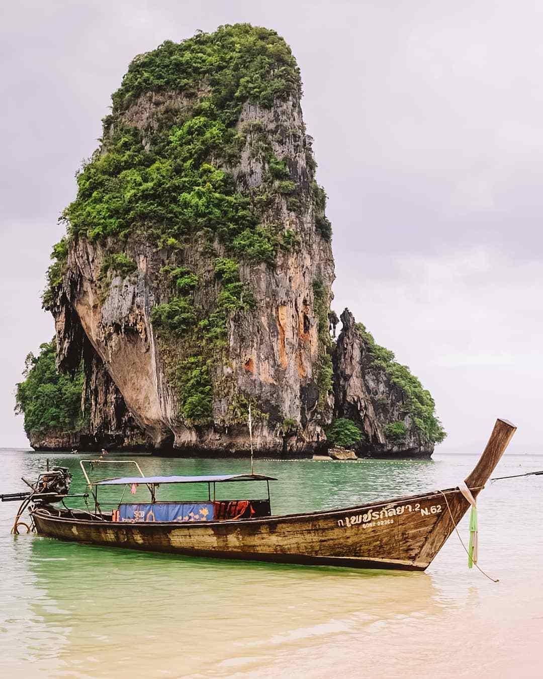 Phra Nang Beach met grote rots en longtailboot