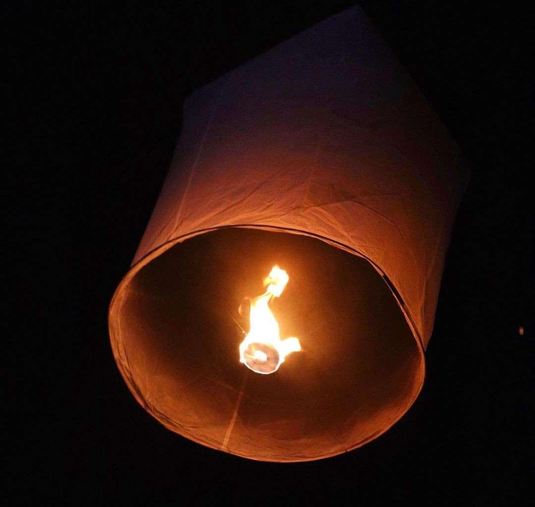 brandende wensballon