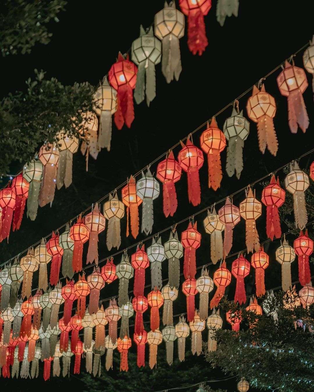 gekleurde lantaarns tijdens het Yee Peng Festival 2019