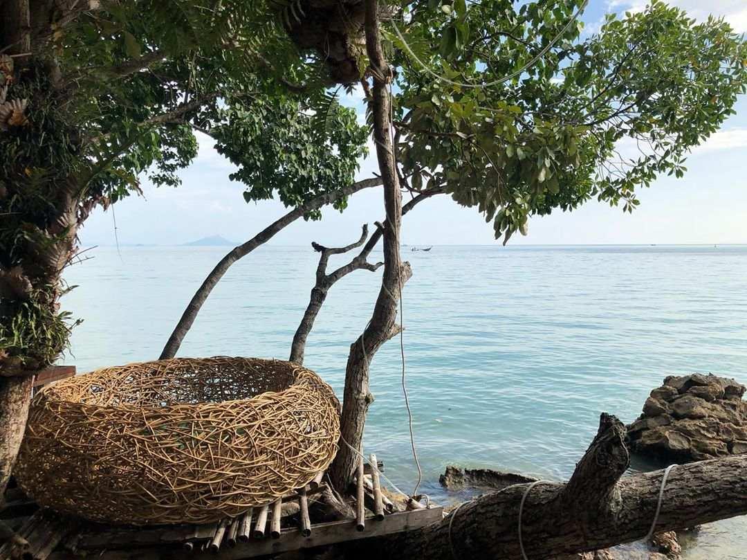 Nest waar je in kunt zitten bij Tew Lay Bar met uitzicht op de baai van Railay East