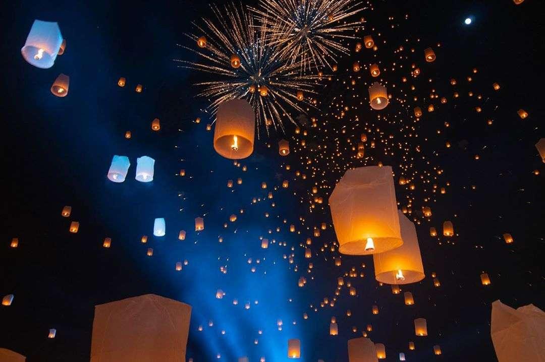 Vuurwerkshow, lichtshow en brandende lampionnen tijdens het Yee Peng Festival 2019